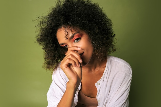 Kobieta z jasny kolorowy makijaż pozowanie