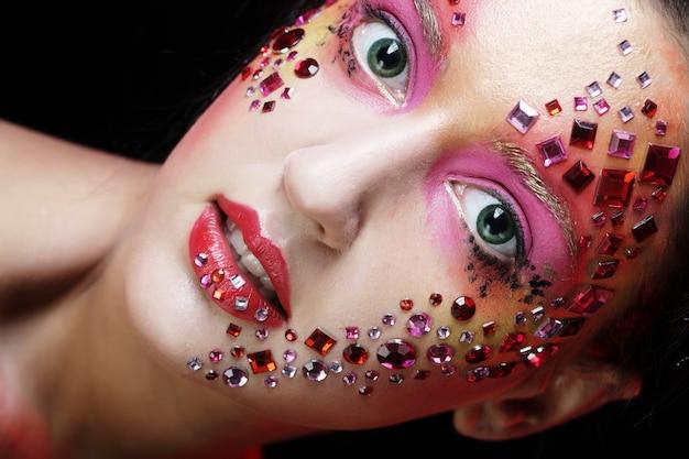 Kobieta z jasny makijaż artystyczny