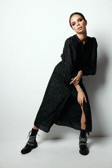 Kobieta z jasny makijaż w modzie czarnej sukni