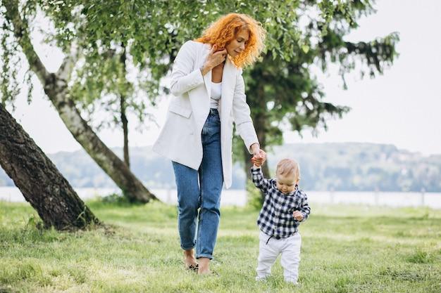 Kobieta z jej synem ma zabawę w parku