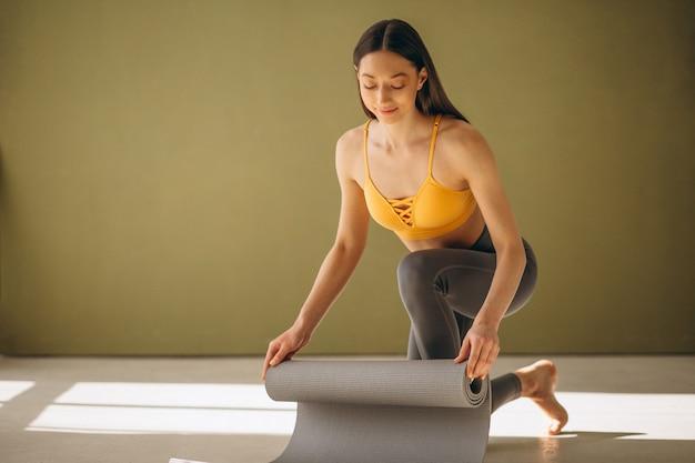 Kobieta z joga matą ćwiczy joga