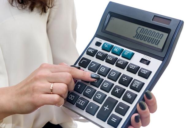 Kobieta z kalkulatorem na białym tle na białej powierzchni