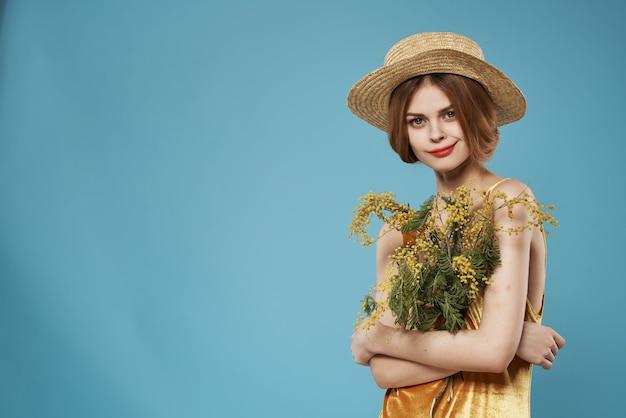 Kobieta z kapeluszem bukiet kwiatów romans prezent wakacje mimoza