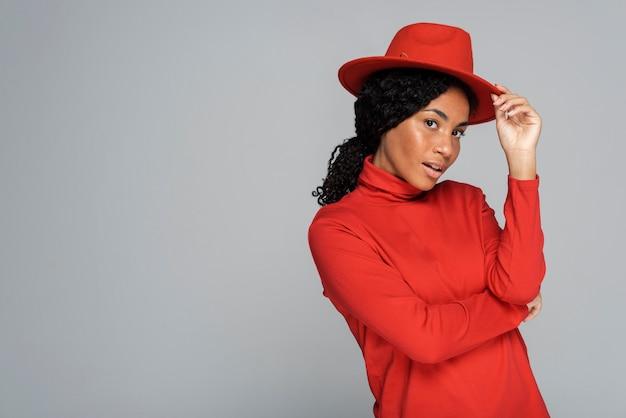 Kobieta z kapeluszem i kopia przestrzeń