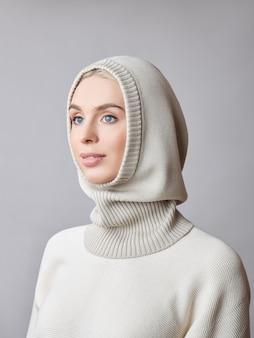 Kobieta z kapturem maski na głowie