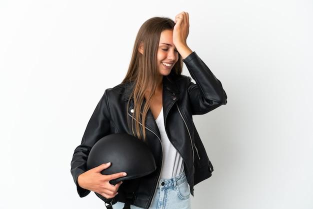 Kobieta z kaskiem motocyklowym na białym tle