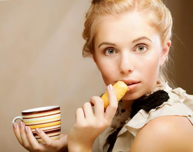 Kobieta z kawą i ciastkami