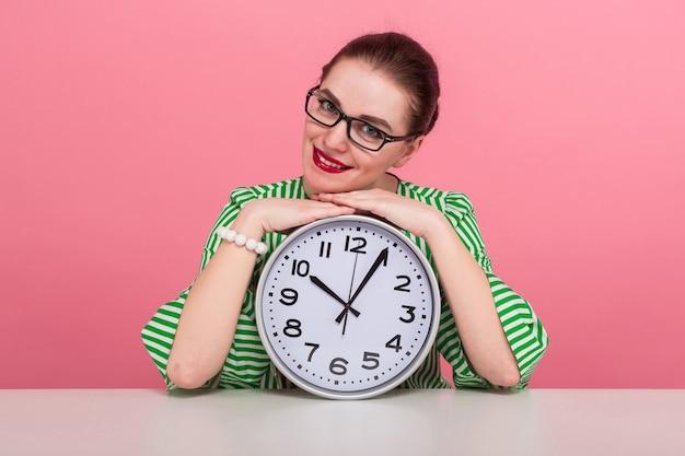 Kobieta z kok włosów i zegary