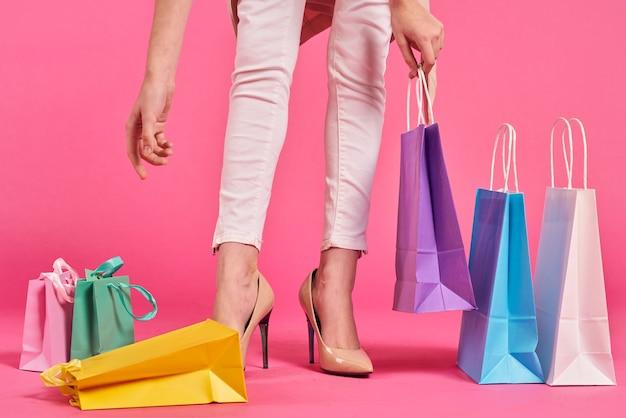 Kobieta z kolekcją toreb na zakupy