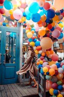Kobieta z kolorowych balonów