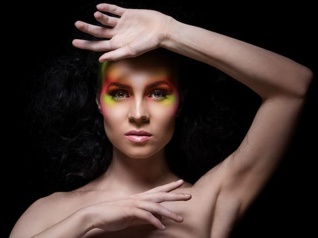 Kobieta z kolorowym makijażem
