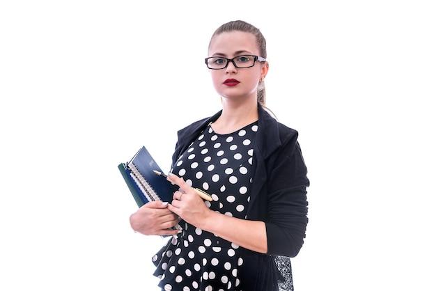 Kobieta z kolorowymi książkami na białym tle