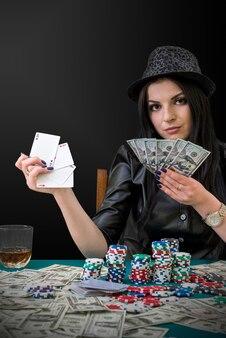 Kobieta z kombinacją dolarów i asów w kasynie
