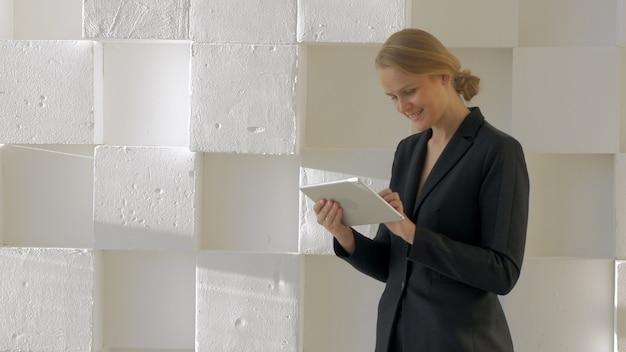 Kobieta z komputerem typu tablet w pomieszczeniu