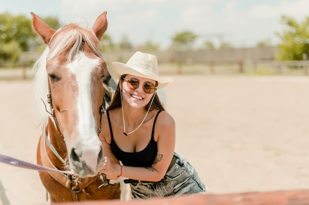 Kobieta z koniem ono uśmiecha się na gospodarstwie rolnym