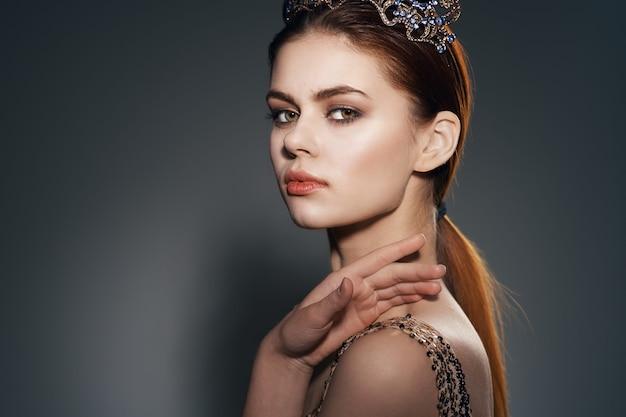 Kobieta z koroną na głowie ozdoba glamour luksusowa księżniczka