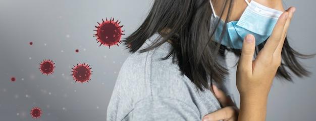Kobieta z koronawirusem chodząca z maską chirurgiczną na twarz. (covid-19)