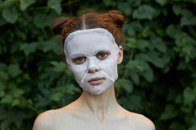Kobieta z kosmetyczną maską na twarzy