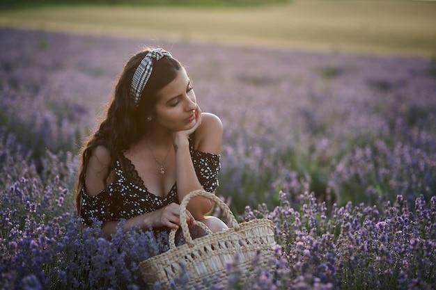 Kobieta z koszem w lawendowym polu
