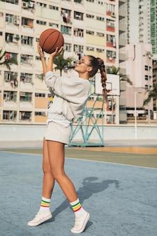 Kobieta z koszykówki na boisko do koszykówki