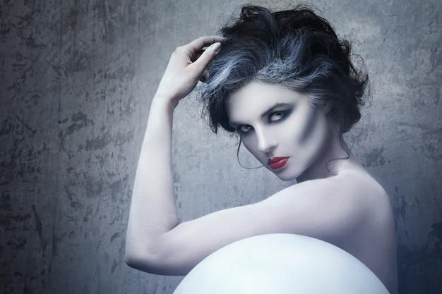 Kobieta z kreatywnych makijaż i body-art