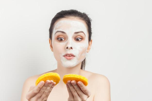 Kobieta z krem do twarzy maska do pielęgnacji skóry nagie ramiona zabiegi spa