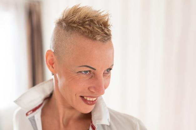 Kobieta z krótką fryzurą. w koszuli. w dowolnym celu.