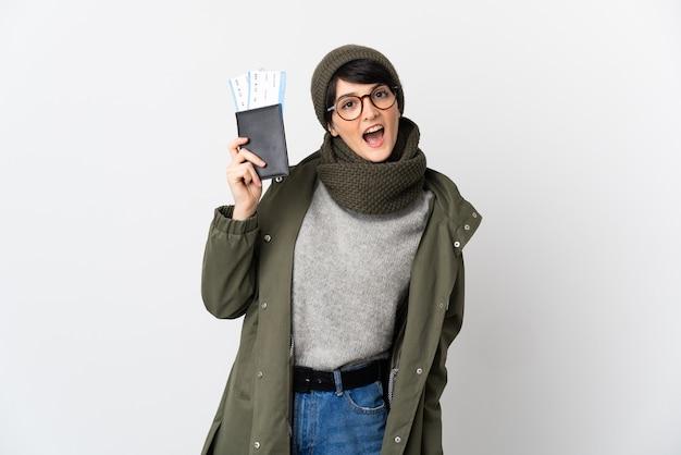 Kobieta z krótkimi włosami na odosobnionej przestrzeni szczęśliwa na wakacjach z paszportem i biletami lotniczymi