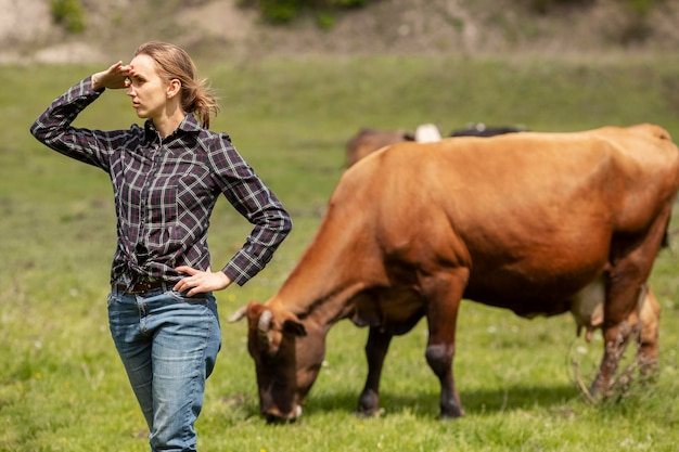 Kobieta z krową w gospodarstwie