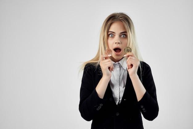 Kobieta z kryptowalutą bitcoin ekonomia inwestycji finansowych