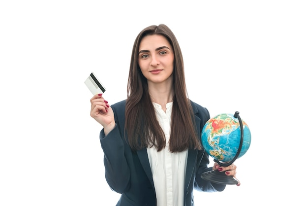 Kobieta z kulą ziemską i kartą kredytową na białym tle