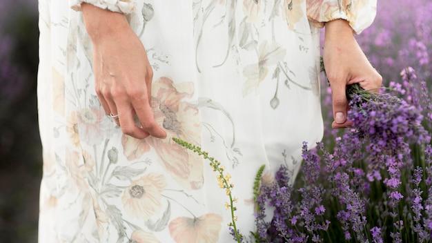 Kobieta z kwiat natury pojęciem