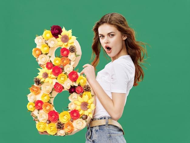 Kobieta z kwiatami w kształcie cyfry 8, międzynarodowy dzień kobiet, 8 marca