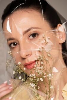 Kobieta z kwiatem pomocy zespołu i pplastic na twarzy