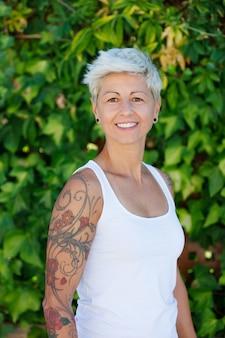 Kobieta z kwiecistymi tatuażami na jej ręce