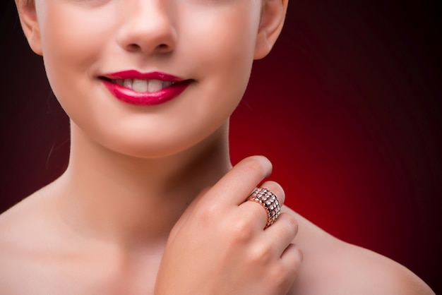 Kobieta z ładnym pierścionkiem w piękna pojęciu