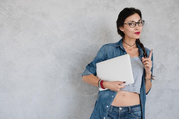 Kobieta z laptopem na bielu