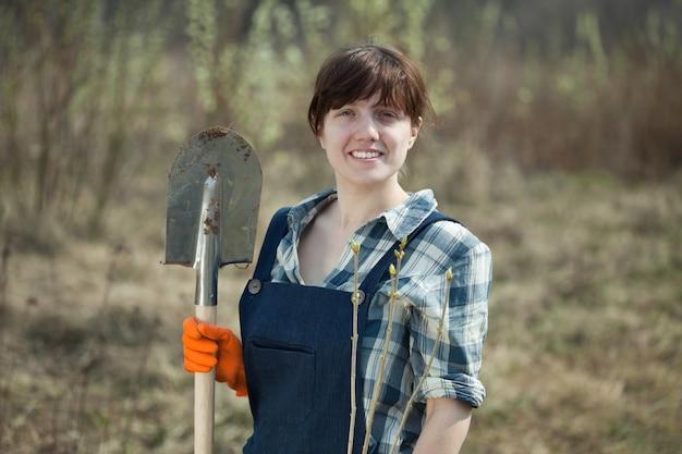 Kobieta z łopaty i sprout na wiosnę