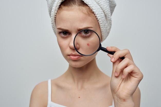 Kobieta z lupą w studio kosmetologii dłoni