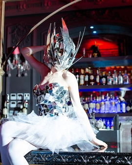 Kobieta z lustrem maska i lustro gorset siedzi na pasku