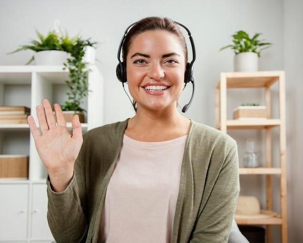 Kobieta z macha zestawem słuchawkowym