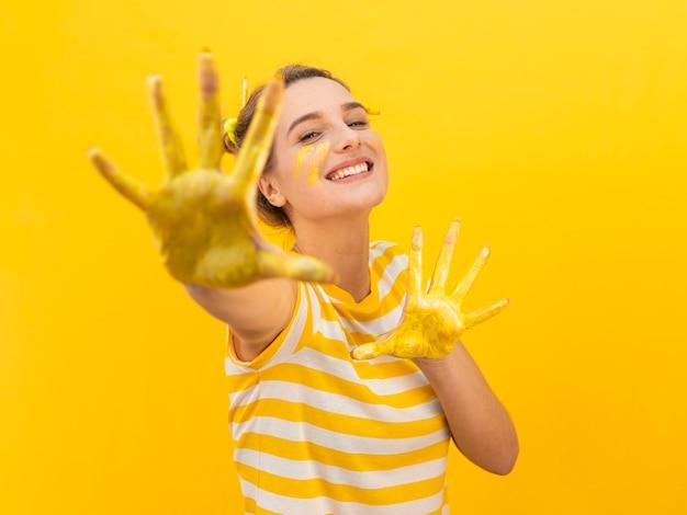 Kobieta z malowane ręce pozowanie