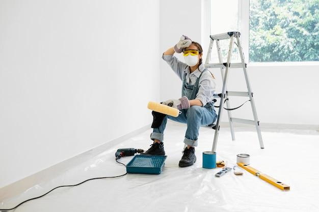 Kobieta z malowaniem sprzętu ochrony bezpieczeństwa