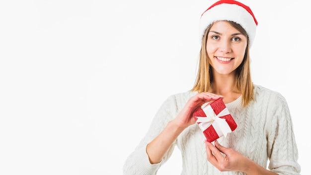 Kobieta z małym prezenta pudełkiem w rękach