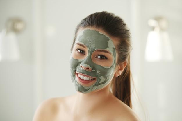 Kobieta z maseczką na twarz do pielęgnacji skóry. pojęcie piękna.