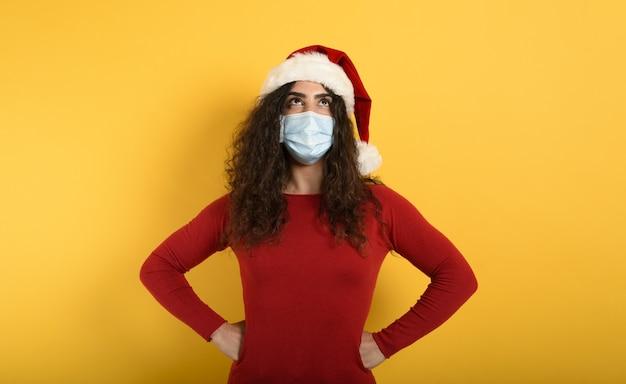 Kobieta z maską jest zdezorientowana.