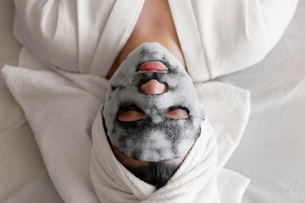 Kobieta z maską na twarz z bliska
