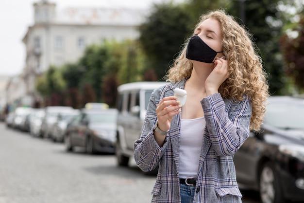 Kobieta z maską na zewnątrz