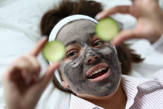 Kobieta z maską twarzy