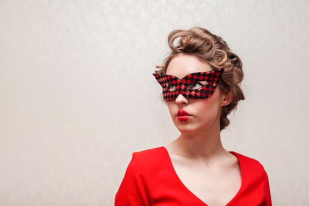 Kobieta z maskowy patrzeć daleko od frontowego widok